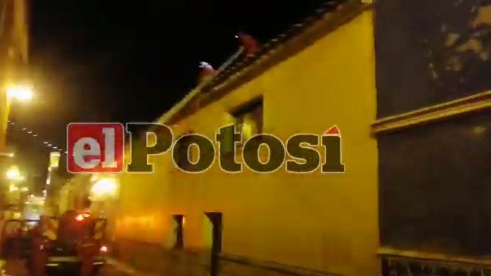 Bomberos acude para sofocar incendio en una vivienda en el centro de la ciudad de Potosí