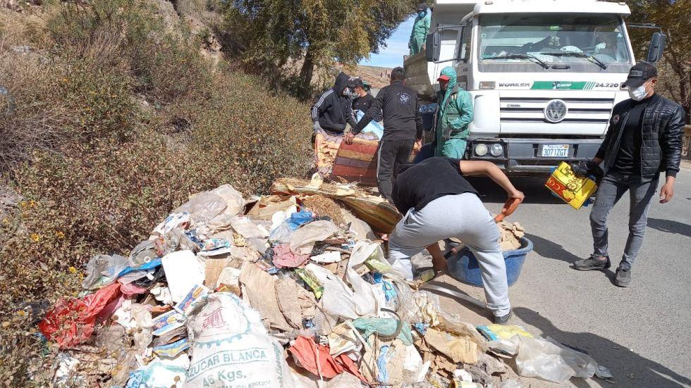 La basura recolectada fue recogida en camiones para llevarlas al vertedero de Karachipampa. FOTO: VLADIMIR EQUICE