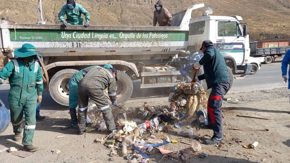 Jornada de limpieza recolecta toneladas de basura de los accesos de Potosí