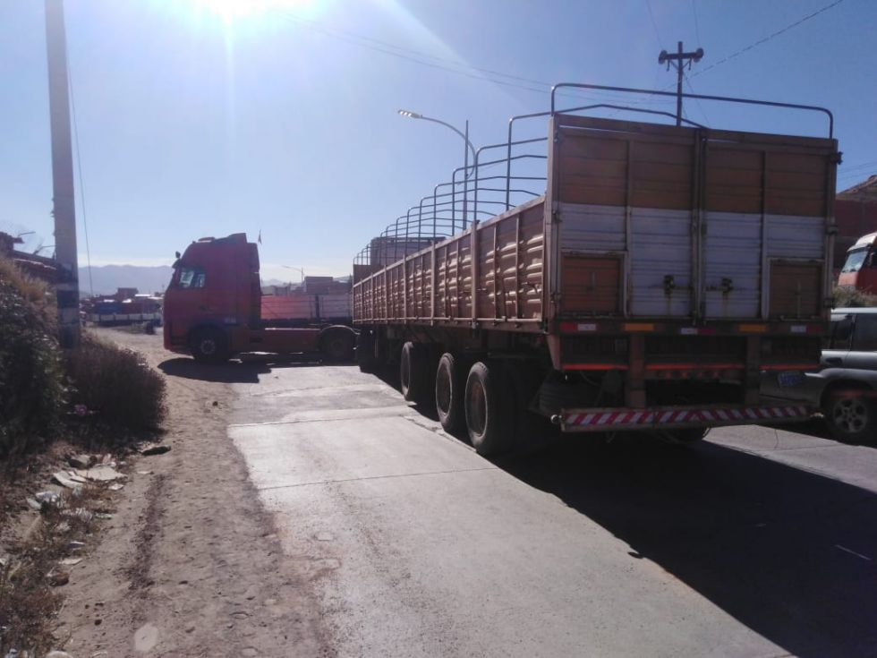 El transporte pesado bloquea las garitas de acceso a la ciudad.