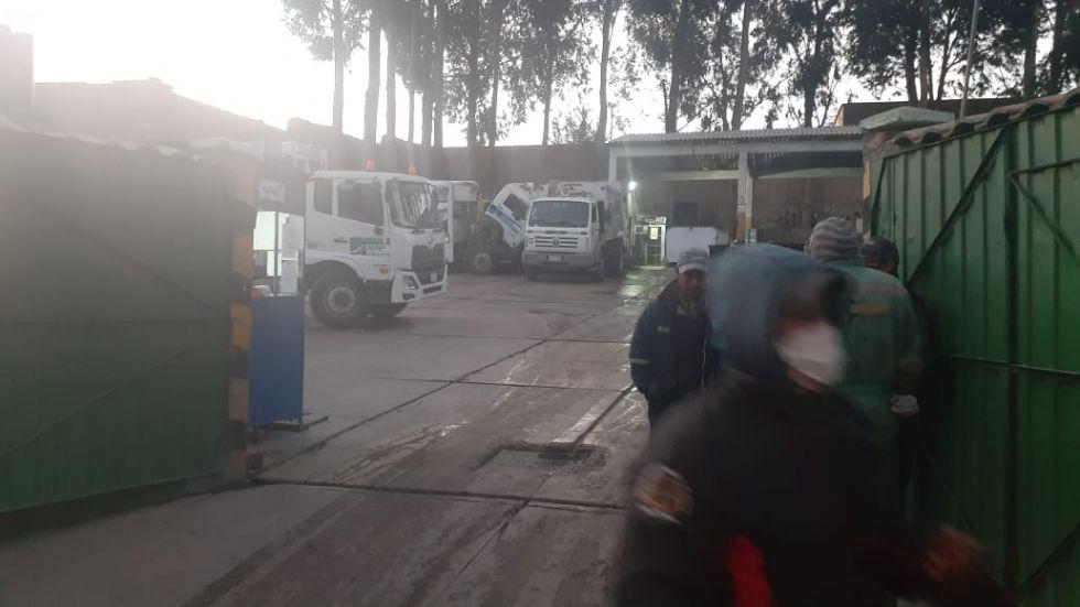 Esta mañana, con la vía expedita hacia el relleno sanitario, los camiones pudieron retomar su trabajo. FOTO EMAP