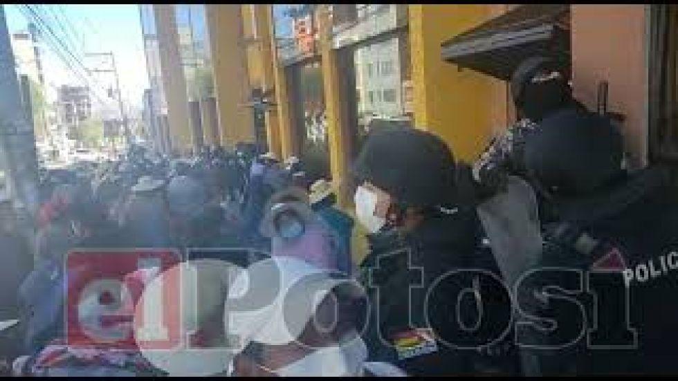 Vecinos toman la unidad de Catastro en el Municipio de Potosí, piden la renuncia de los funcionarios