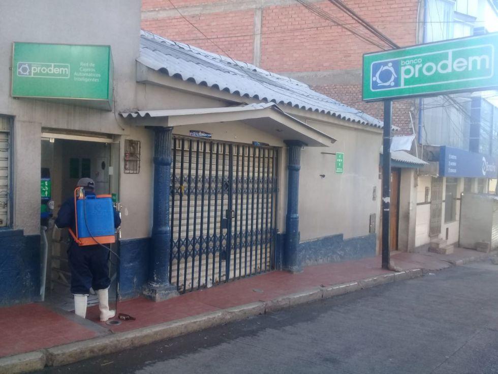Desinfección en los cajeros de las entidades financieras. FOTO SEDES