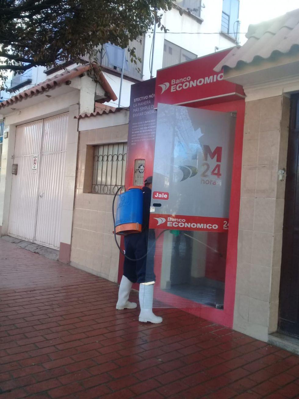 Desinfección en los cajeros de las entidades financieras.