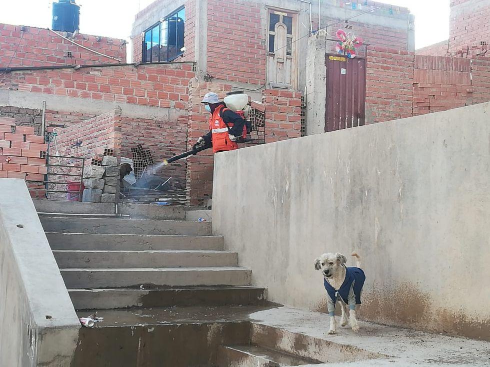 desinfectan los barrios en la jornada de restricción, aprovechando que no hay circulación vehicular  o peatonal