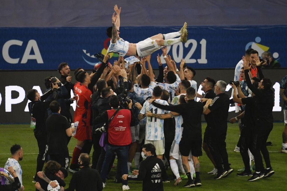 El 10 argentino es levantado por sus compañeros.