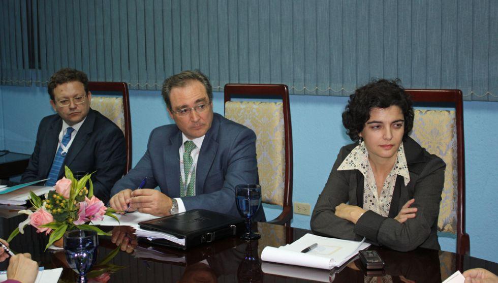 Pita (centro) en reunión oficial.