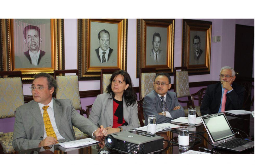 Pita (izq.) en reunión oficial.