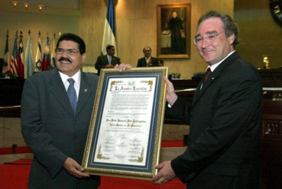Recibiendo una distinción en El Salvador.