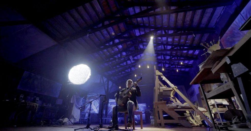 El concierto comienza con un breve documental de Lorgio Vaca, filmado en su espacio