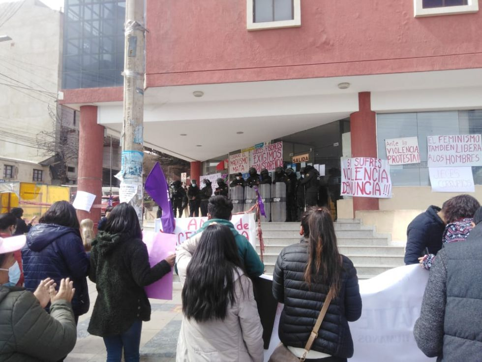 Población demanda justicia para joven asesinada en las puertas del tribunal de justicia