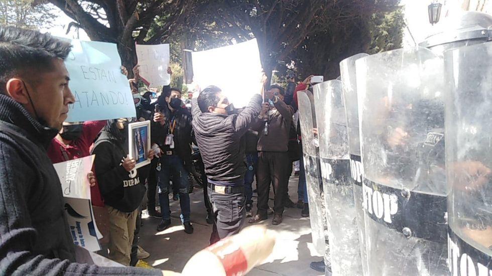 Manifestantes protestan en la puerta de la Policía