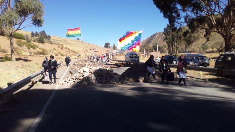 El bloqueo del camino Potosi-Sucre continúa pese a los avances logrados en la mesa de diálogo con el alcalde Jhonny Llally.