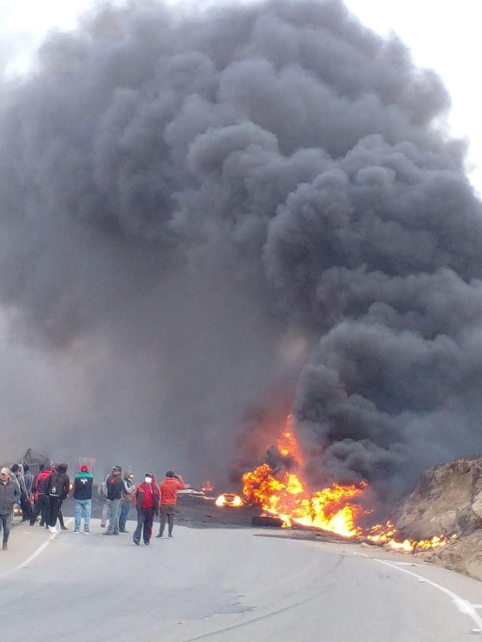 Una columna de humo gigante ascendió en el lugar del accidente.