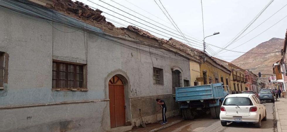 Techo de una casa de derrumba por a causa de la lluvia en la calle La Paz esquina Hoyos