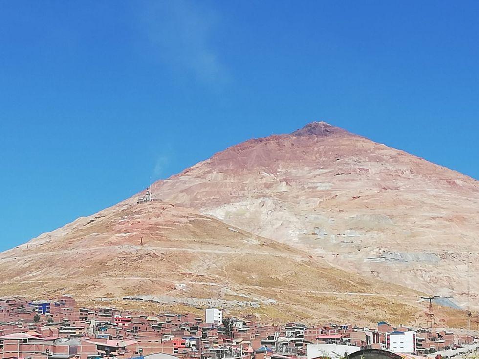 El Cerro Rico sigue echando columnas de polvo