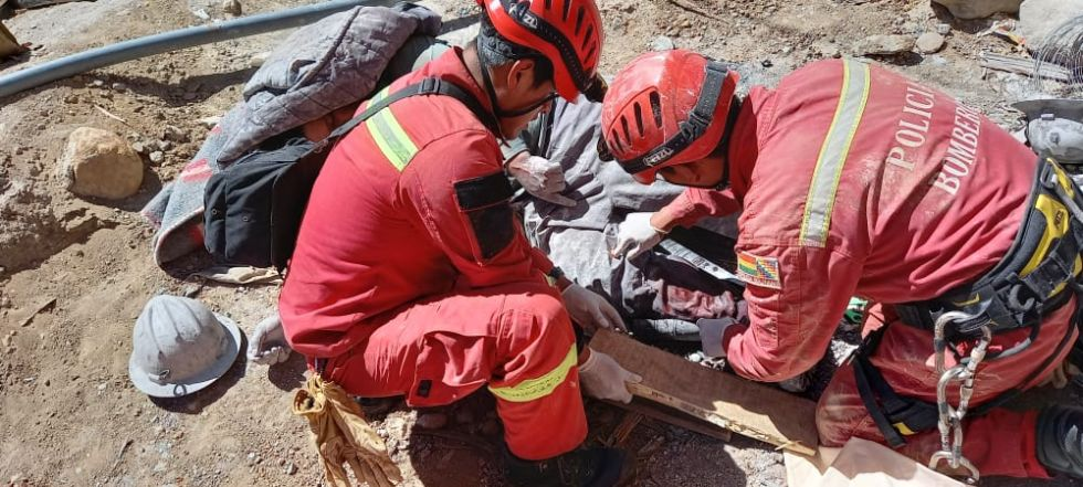 Mineros caen y son rescatados con vida de yacimiento minero