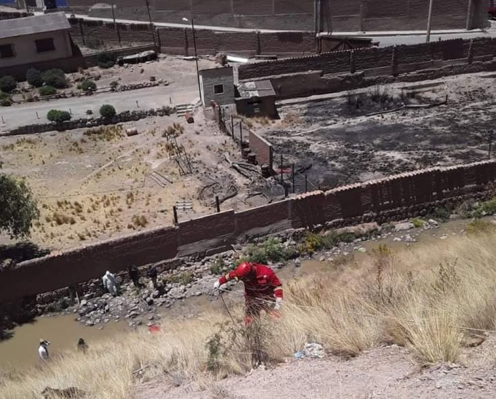 Bomberos rescatan cadáver de un río en la ciudad de Potosí
