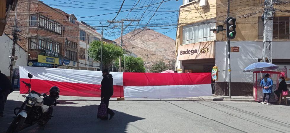 Sectores sociales cumplen paro con bloqueos en Potosi
