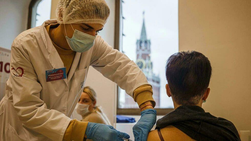 Rusia registra un tercer récord consecutivo de muertos y contagios por covid-19