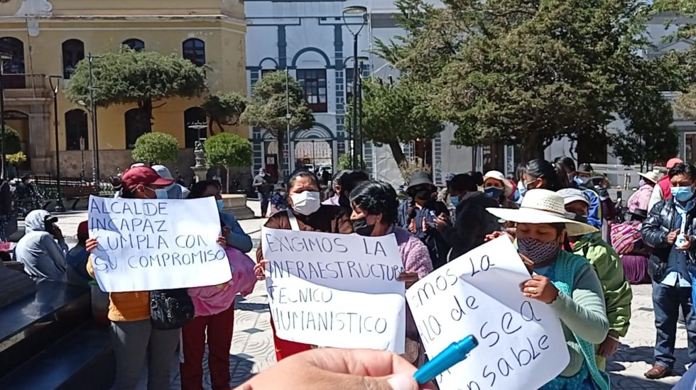 Unidad educativa 31 de octubre protesta contra el alcalde Jhonny Llally