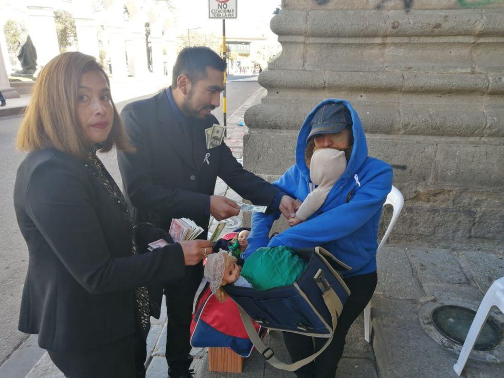 Los traficantes pagan a una humilde señora por su bebé.