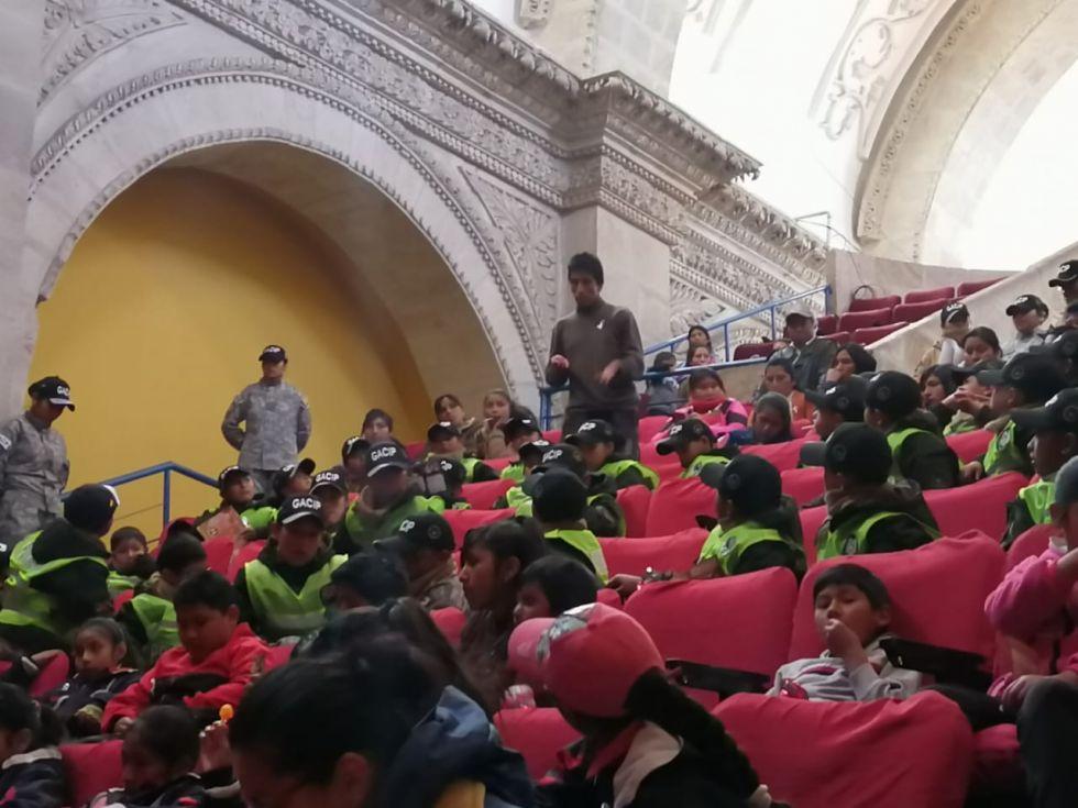Los niños asistieron al Teatro Modesto Omiste.