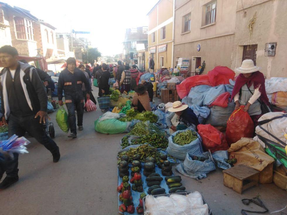 La gente acude a los mercados de Potosí en jornada de abastecimiento durante la cuarentena