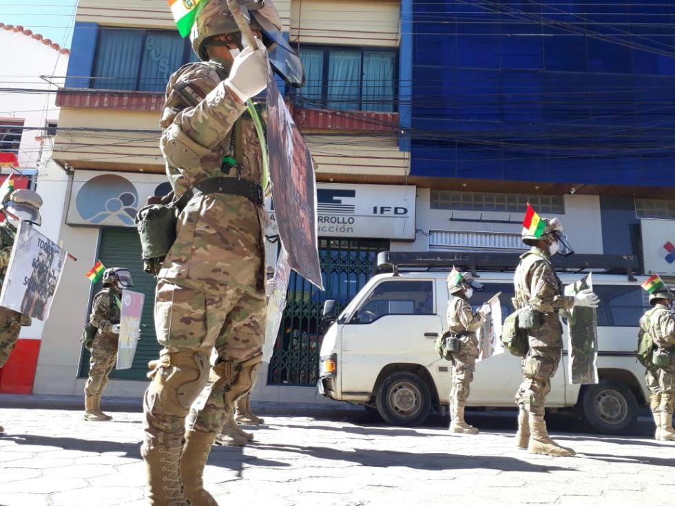 Los integrantes del Regimiento P+erez 3 de Infantería buscan motivar a que la gente  se suide entre sí, considerando que los militares están todos los días en en control.
