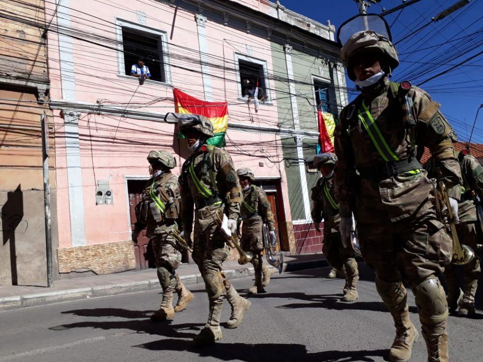 Continuaron su paso por las calles, recibidos por gente con banderas en las casas.