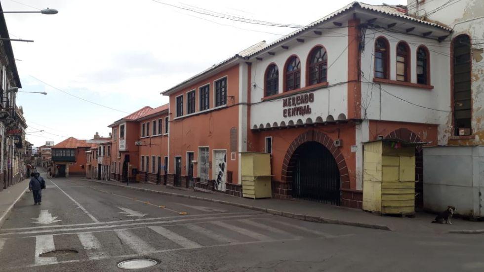 El viernes por la tarde, muy pocas personas caminan por las calles de la ciudad de Potosí.