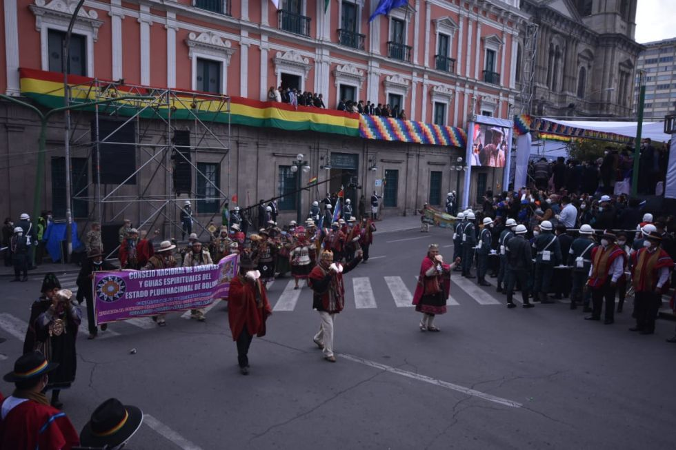 Se realizó un desfile por Plaza Murillo.