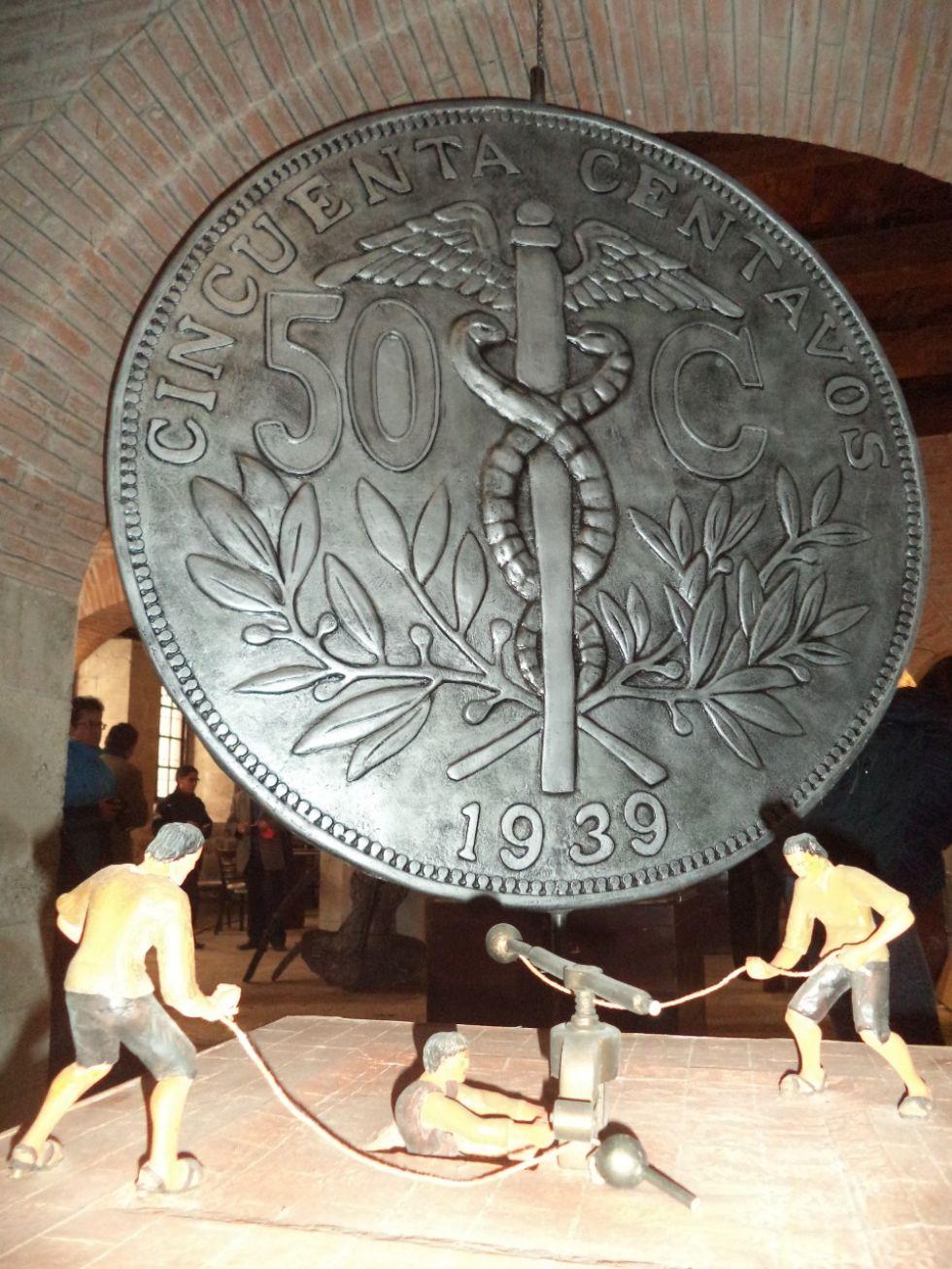 Prensistas y una moneda republicana.